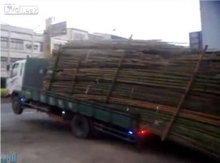 بالفيديو.. أغرب طريقة لتفريغ شاحنة في دقيقتَيْن