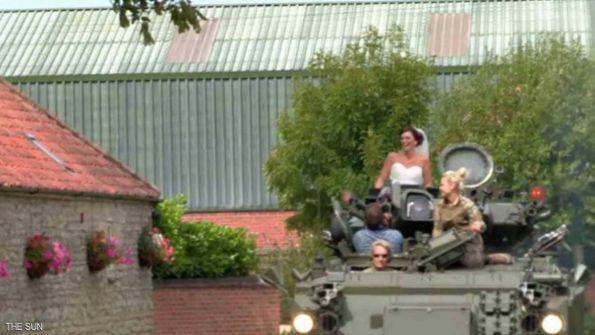 زفاف حربي.. عروس تُزف على متن دبابة