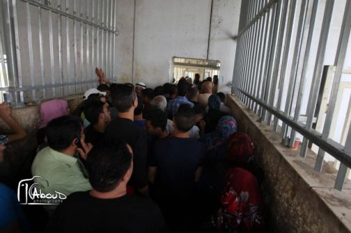 بيت لحم : الاحتلال يلقي قنابل غاز صوب العمال على حاجز 300 واصابة العشرات باختناق