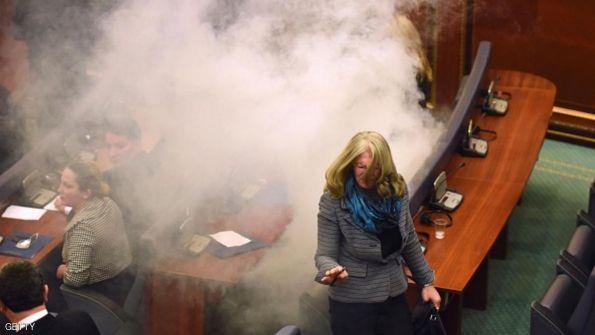 جهاز كاشف لنواب كوسوفو لمنع إدخالهم المسيل للدموع للبرلمان