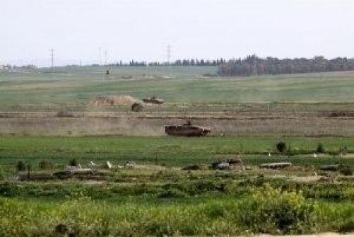 آليات الاحتلال تطلق النار على منازل المواطنين وأراضيهم شرق خان يونس