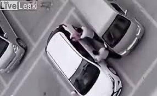 فيديو: شابان يتناوبان الاعتداء على فتاة في موقف سيارات بالصين