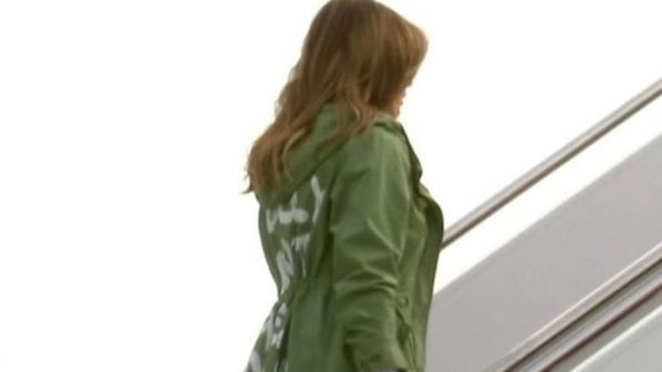 عبارة على معطف ميلانيا ترامب ارتدته خلال زيارة للمهاجرين تثير جدلا