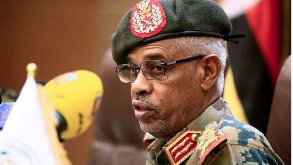 من هو الفريق عوض بن عوف رئيس 'المجلس العسكري الانتقالي' في السودان؟
