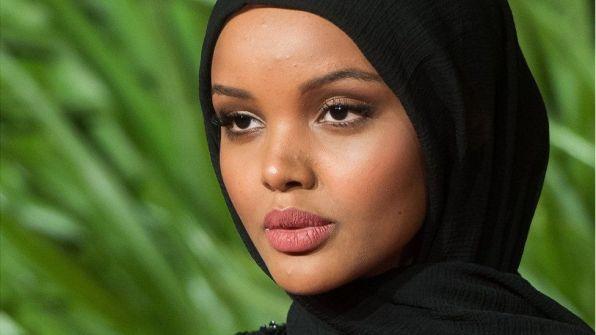 حليمة عدن أبرز عارضة أزياء محجبة تحمل سجادة صلاتها معها (صور)