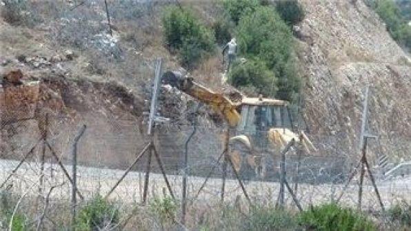 نشطاء يقطعون أكثر من 30 مترا في جدار الفصل بقرية رافات برام الله