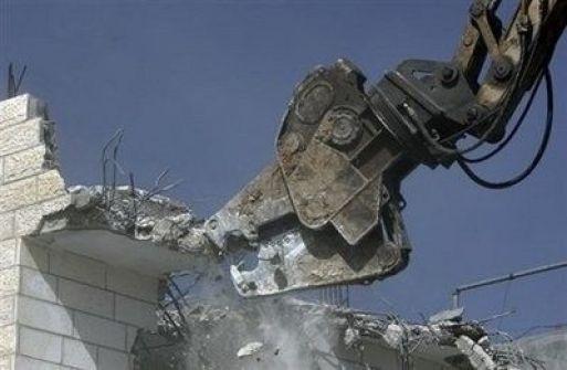 جرافات الاحتلال تهدم أسوار أربعة منازل في أريحا
