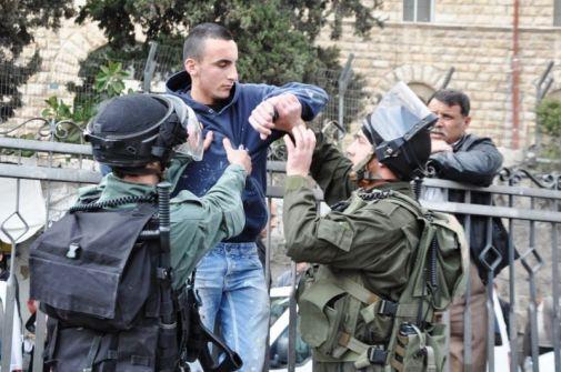 قوات الاحتلال تعتدي على مسنة مقدسية وتعتقل اثنين آخرين