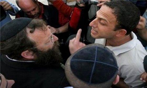 قوات الاحتلال تعتدي على أربعة مواطنين وتعتقل آخر بالخليل