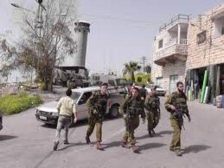 الخليل: الاحتلال يعتقل اربعة مواطنين بينهم امرأة