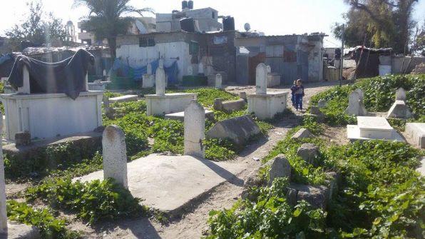 منذ 40 عاما: عائلة فلسطينية تعيش في مقبرة