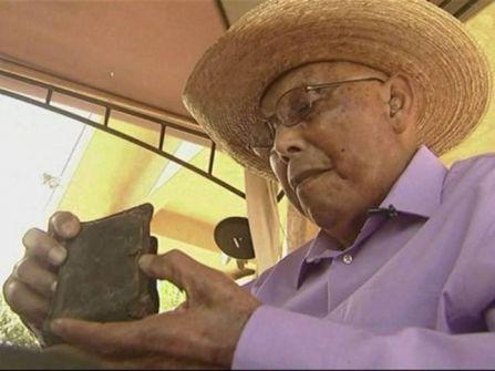 جندي حرب يعثر على محفظته الخاصة بعد 70 عاماً