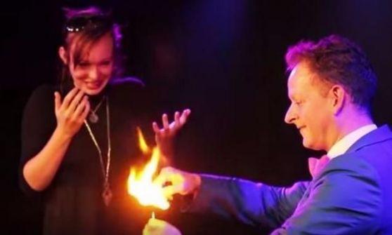 بالفيديو: ساحر يطلب يد حبيبته بطريقة رائعة