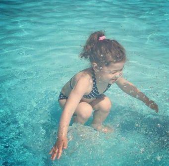 صورة طفلة تثير حيرة الملايين
