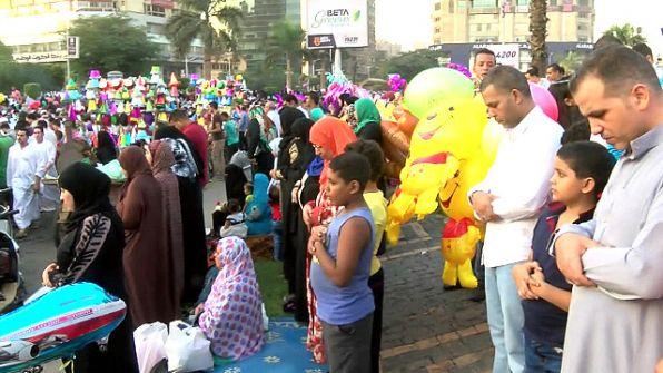 بالفيديو: جدل حول صلاة الرجال بجوار النساء فى العيد بمصر