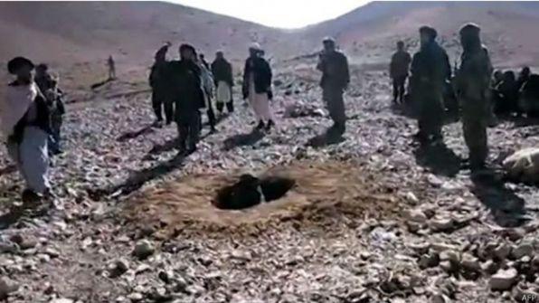 رجم شابة حتى الموت في افغانستان بتهمة الزنا