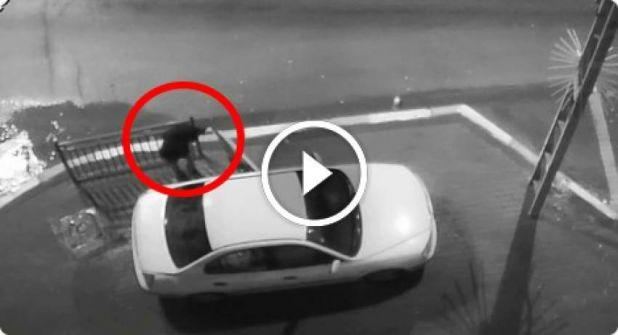 بالفيديو : رجل من اللد أشعل سيجارته، سكب البنزين وأحْرَق سيارة زوجته السابقة !