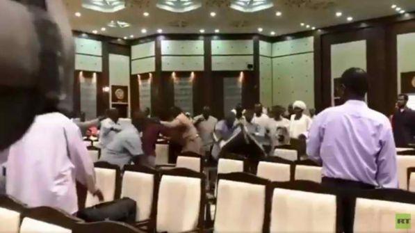 بالفيديو: معركة بالكراسي في اجتماع القوى السياسية بالمجلس العسكري السوداني
