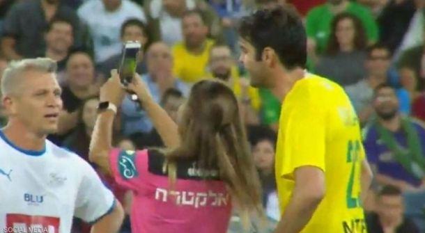 شاهدوا: حكمة توقف المباراة من أجل سيلفي مع كاكا، أفضل لاعب في العالم سابقا