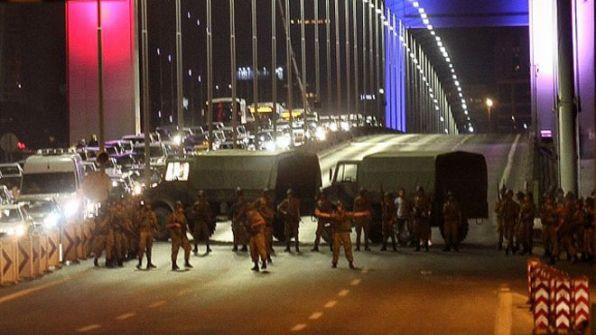 الجيش التركي يعلن تولي السلطة على البلاد