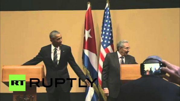 بالفيديو :الزعيم كاسترو يمنع اوباما من وضع يده على كتفه