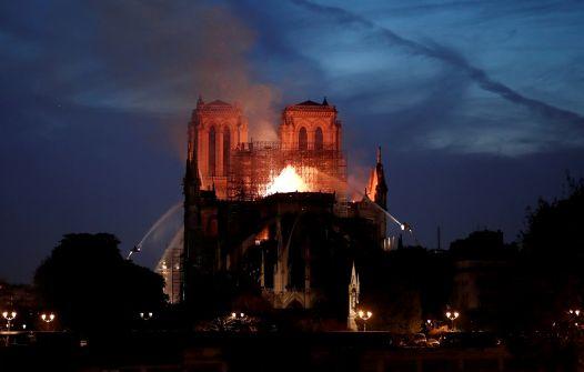 حريق هائل يدمر كاتدرائية نوتردام التاريخية في باريس