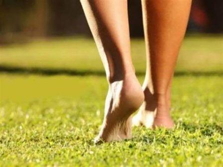 منها محاربة نزلات البرد.. 6 فوائد مذهلة لا تتوقعها عند المشي حافيا