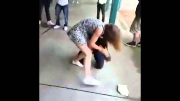 'فيديو': فتاة تهشم وجه صديقها وسط رفاقه