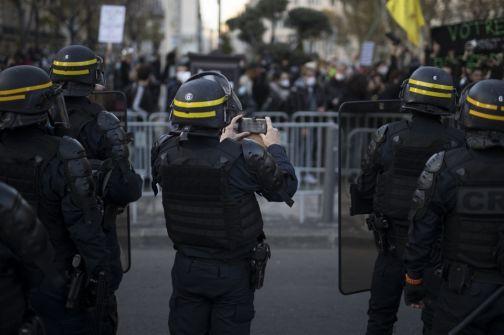 السلطات الفرنسية تستهدف 76 مسجدا وتهدد بإغلاق بعضها