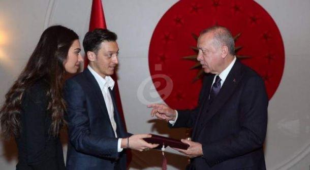 مسعود أوزيل وملكة جمال تركية يدعوان أردوغان الى زفافهما