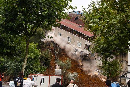 فيديو  لحظة انهيار مبنى سكني في إسطنبول بسبب الأمطار الغزيرة