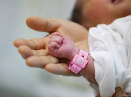 مصابة بكورنا تضع مولودتها أمام مشفى الخليل