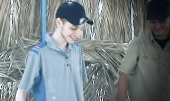 'القسّام' توجه ضربة للمخابرات الاسرائيلية وتبث فيديو لـِ'شاليط' في حفلة شواء على البحر