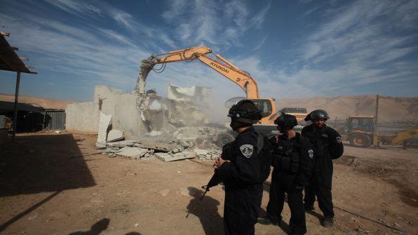 الاحتلال يخطر بوقف بناء وهدم 13 منزلا جنوب نابلس