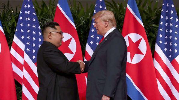 فيديو وصور.. مصافحة تاريخية بين ترامب وكيم جونغ أون قبل انطلاق أعمال القمة بينهما