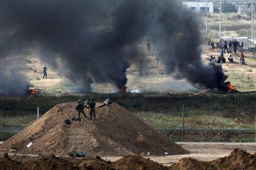 صور: انطلاق فعاليات 'جمعة الكوتشوك والمرايا العاكسة' على حدود غزة