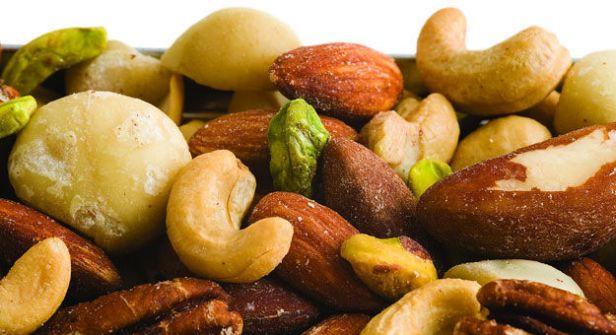 لهذه الأسباب.. تناول المكسرات يومياً في رمضان