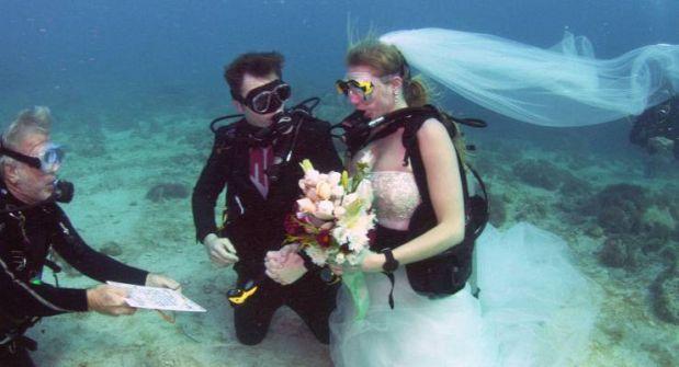 بالصور- إني أتزوج تحت الماء