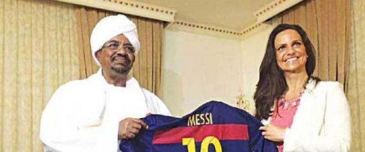 قصّة السيدة الغامضة التي خدعت الرئيس السوداني بقميص 'ميسي'