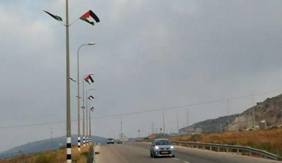اعلام فلسطين ترفرف على طريق 60 الالتفافي