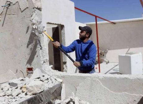 الاحتلال يُجبر المواطن عمار نصار على هدم منزله في جبل المكبر