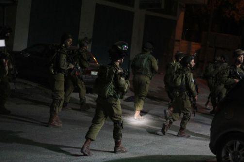 حملة اعتقالات والقاء قنبلة على معبر في الضفة