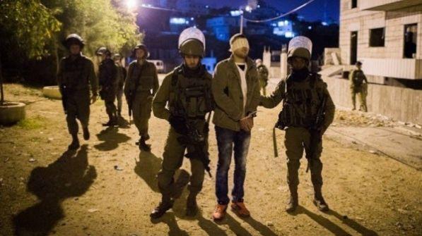 اعتقالات ومصادرة أسلحة وسرقة أموال بالضفة