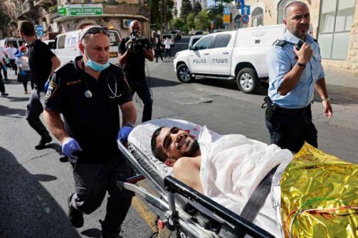 شاهد: الاحتلال يتداول صوراً لمنفذ عملية الطعن بالقدس وهو مبتسماً رغم إصابته