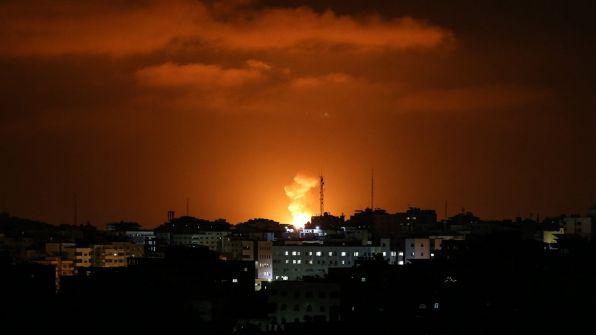 طائرات الاحتلال تقصف موقعين شرق دير البلح وتلحق أضرارا مادية