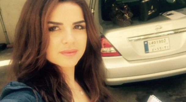 مذيعة لبنانية تخلع ملابسها على الهواء