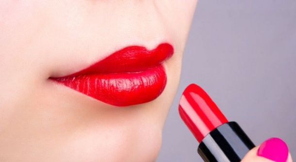 4 خطوات سهلة لجعل أحمر الشفاه غير لامع؟