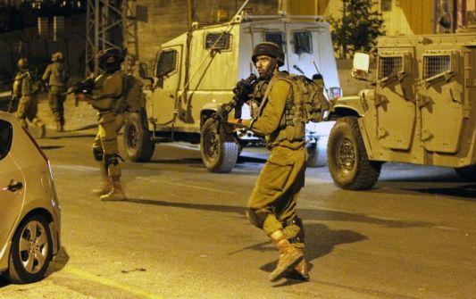اصابة جندي واعتقال 13 شابا ومصادرة تصاريح في الضفة