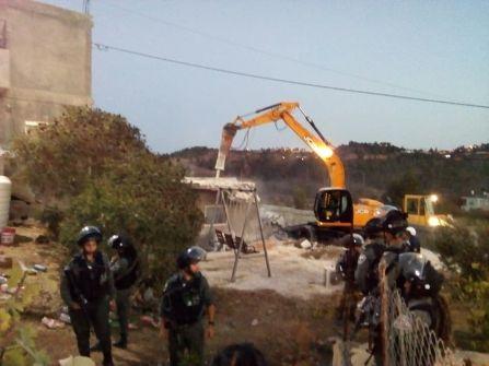 الاحتلال يهدم منزلا وغرفتين زراعيتين في الولجة