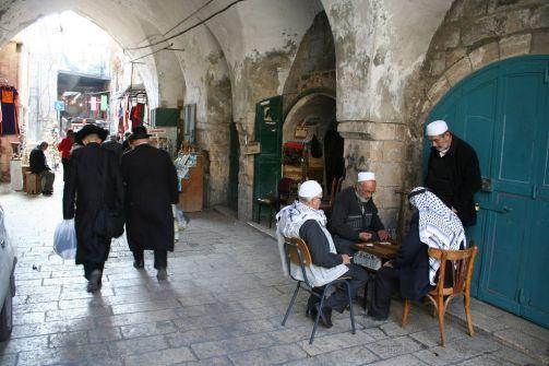 """وضعوا """"20"""" مليون دولار على الطاولة .. الإمارات تدفع برجالها من جديد لشراء منازل أهل القدس لصالح الاحتلال"""